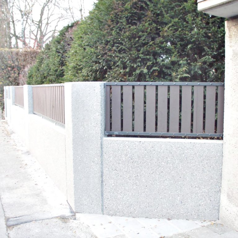 Gauder-bau-stuttgart-Außenanlagen Eingangsmauer Beton Krümmel 08.2004-03